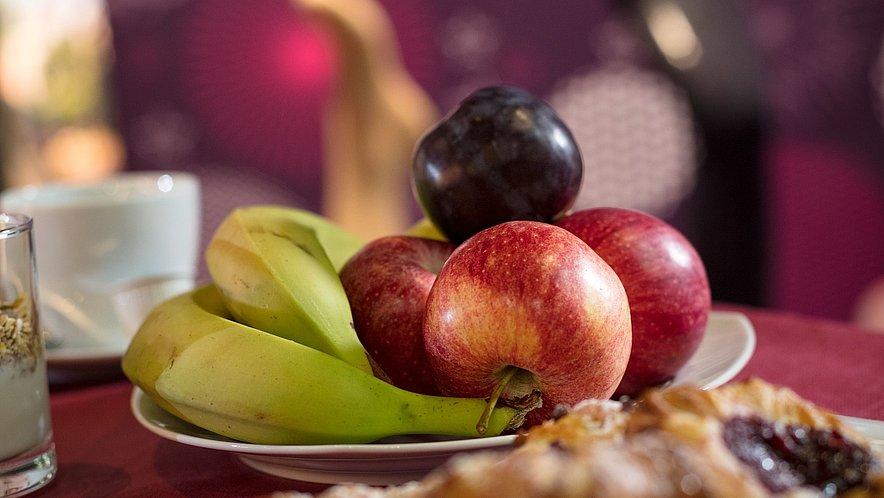 Frisches Obst und Gebäck