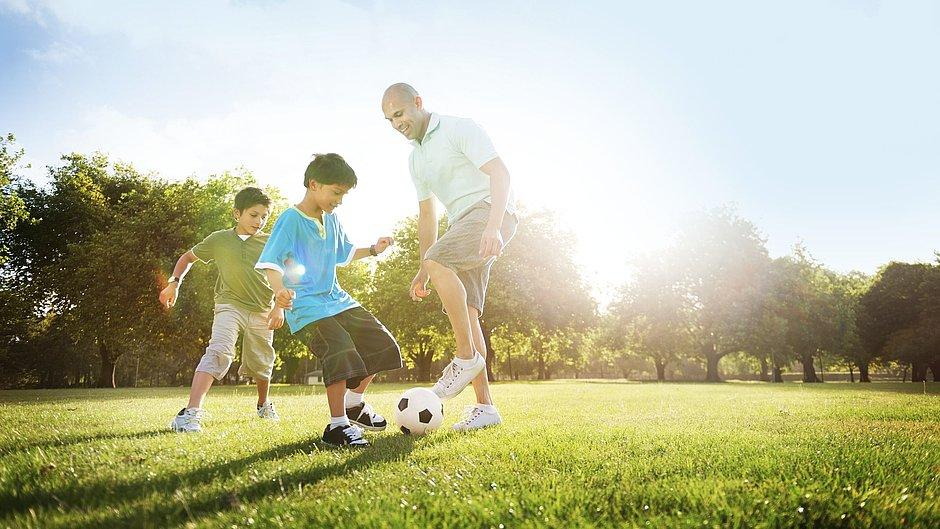 Protect Serie Imagebild Familie Fußball spielen