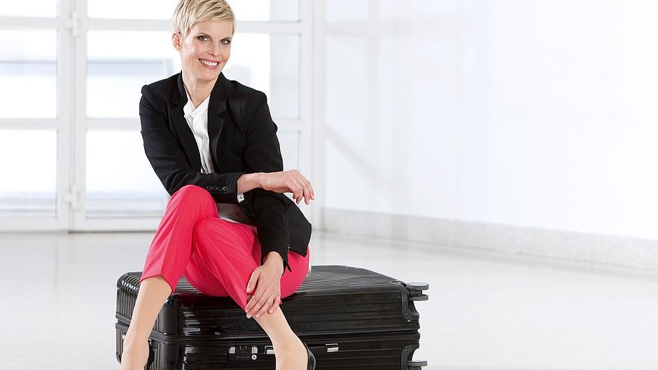 Business Frau trägt medi travel