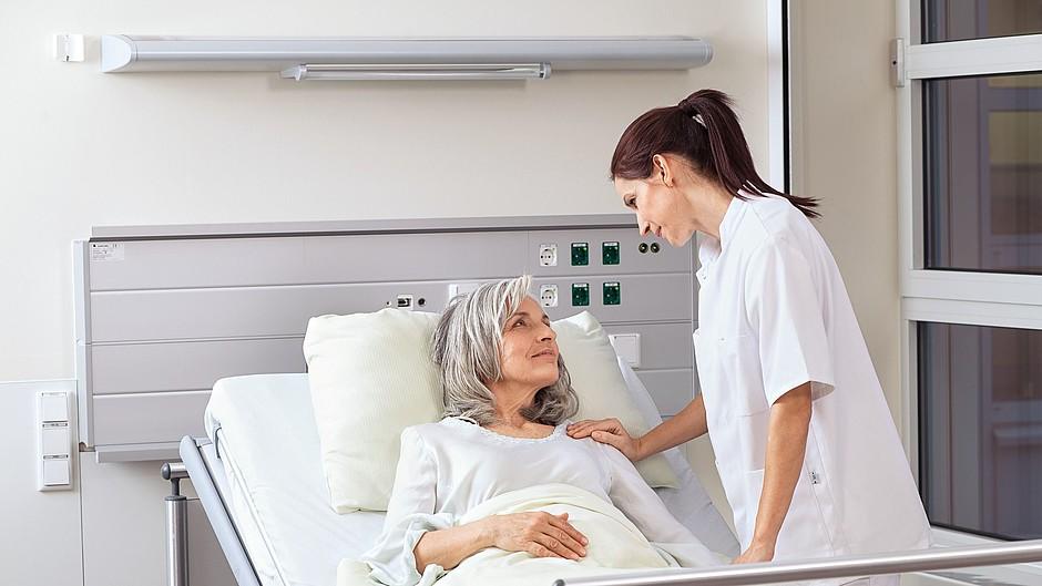 Krankenschwester Patientin Bett Krankenhaus