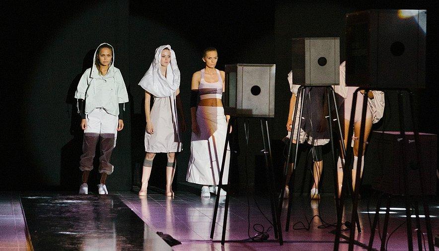 Fabienne Fischer Modepreis fünf Models nebeneinander Laufsteg Scheinwerfer - Fabienne Fischer Modepreis fünf Models nebeneinander Laufsteg Scheinwerfer