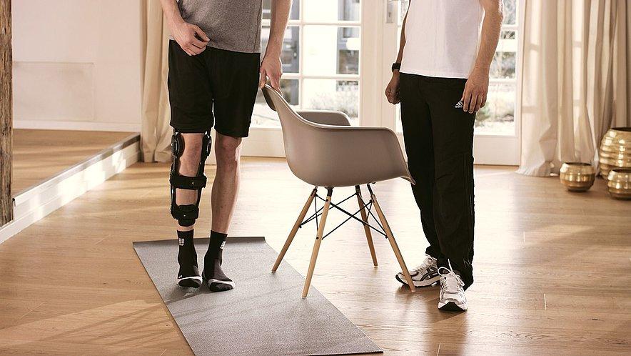 Bein im Stand seitlich abspreizen