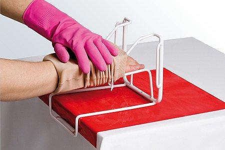 Armstrümpfe anziehen Anleitung medi Arm Butler Schritt 4 -