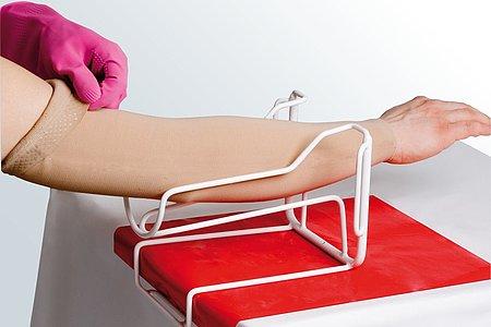Armstrümpfe anziehen Anleitung medi Arm Butler Schritt 6 -
