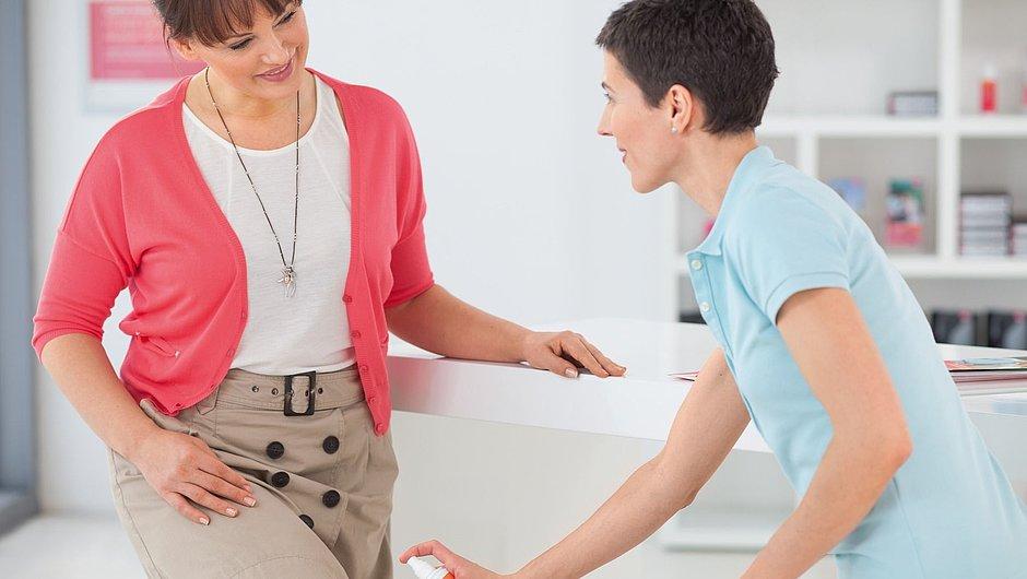 Beratung zum Pflegeprodukt medi fresh im Fachhandel