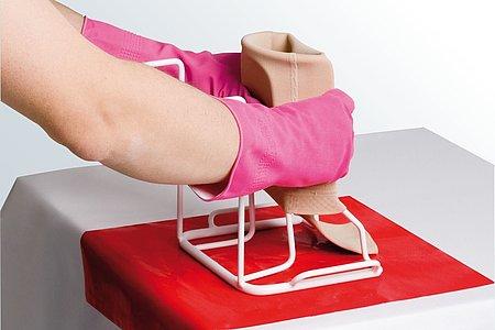 Armstrümpfe anziehen Anleitung medi Arm Butler Schritt 2 -