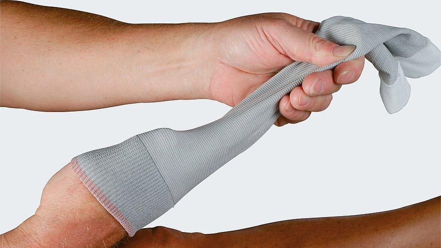 Anziehen des mediven ulcer Unterstrumpfes - Anziehen des mediven ulcer Unterstrumpfes