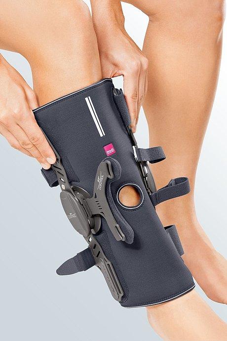 Medi PT control wrap: Detailbild zum Anziehen der Knieorthese