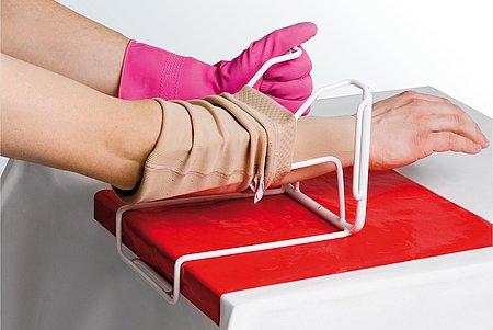 Armstrümpfe anziehen Anleitung medi Arm Butler Schritt 5 -