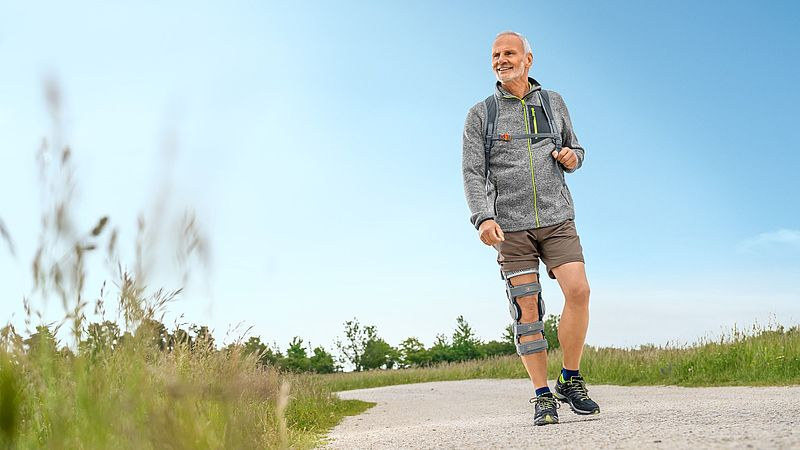 Mann wandert mit Gonarthrose Orthese m4s OA comfort