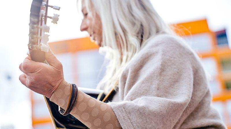 Ursula Thomé trägt mediven Kompressionsstrümpfe mit dem Fashion-Element Dots