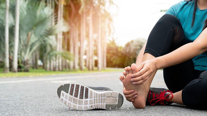 Fußschmerzen können unter anderem durch Verletzungen oder Fußfehlstellungen ausgelöst werden