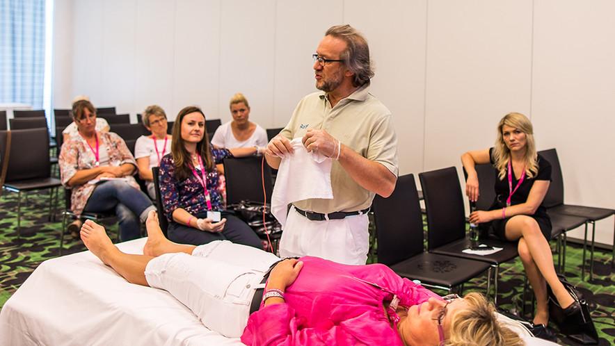 Physiotherapeut Rolf Prischtscheptschuk stellte eine Technik mit tiefenwirksamen Resonanz-Schwingungen vor.