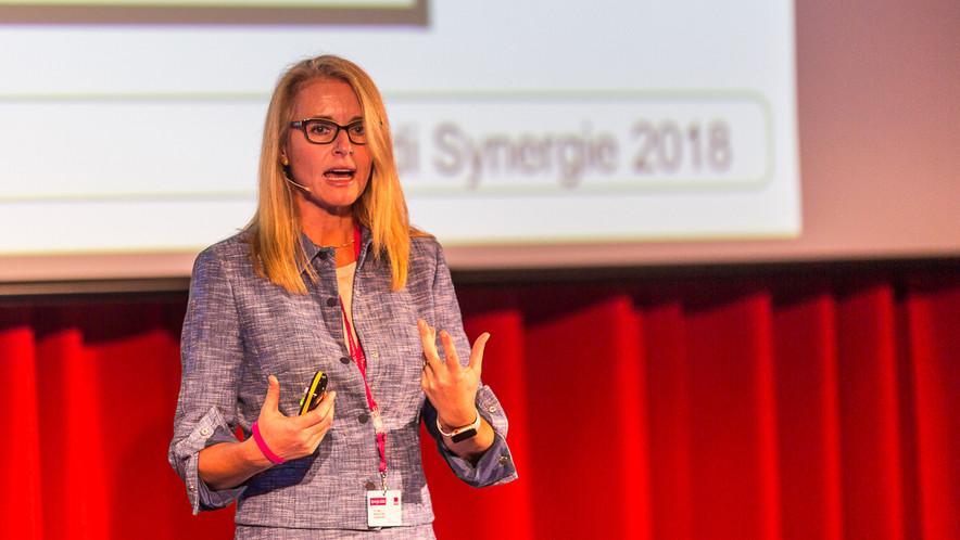 Dr. Martha Földi eröffnete das wissenschaftliche Vortragsprogramm.